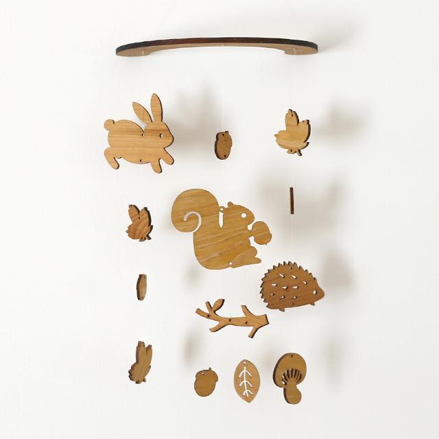壁にかけられる木のモビール(どんぐり森の動物たち)
