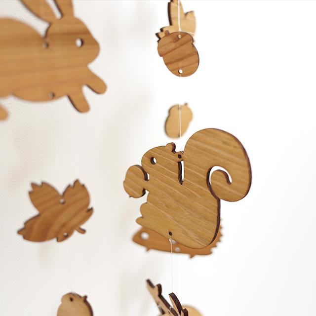 壁にかけられる木のモビール(どんぐり森の動物たち)アップ