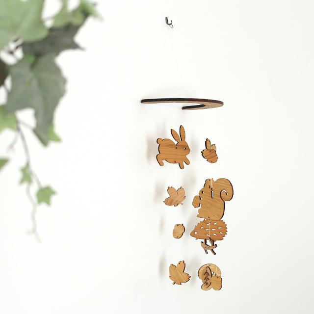壁にかけられる木のモビール(どんぐり森の動物たち)設置写真