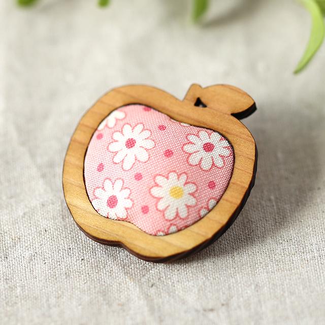 木枠のりんごブローチ(ピンク)
