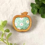 木枠のりんごブローチ(グリーン)
