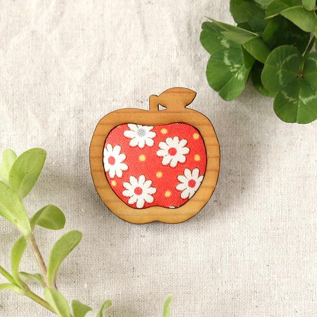木枠のりんごブローチ(レッド)