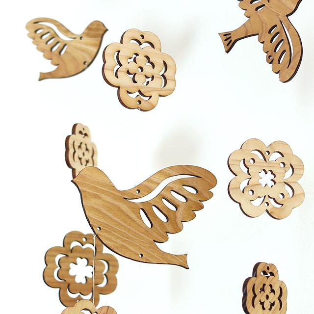 壁にかけられる木のモビール(鳥とクローバー)アップ
