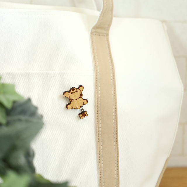 木登り可愛いクマさんの木製ブローチはカバンにつけても