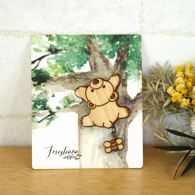 木登りクマさんの木製ブローチ(ミツバチ付き)