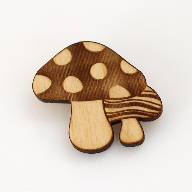 キノコの木製ブローチ表面