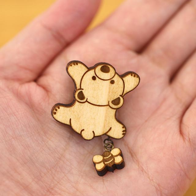 クマの木製ブローチ