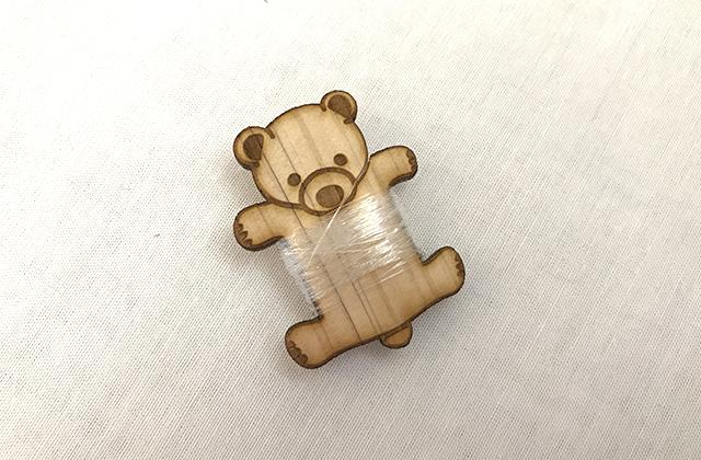 壁にかけられるモビール 付属のクマの糸巻き