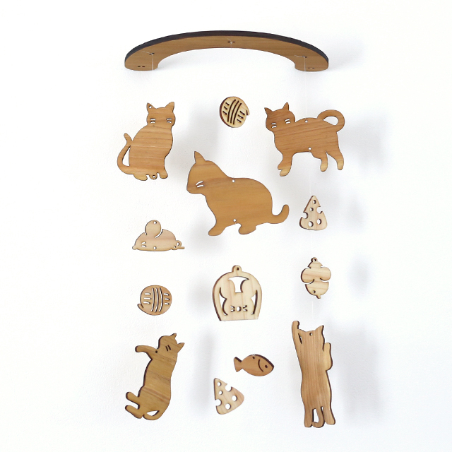 壁にかけられる木のモビール(ネコとネズミ)