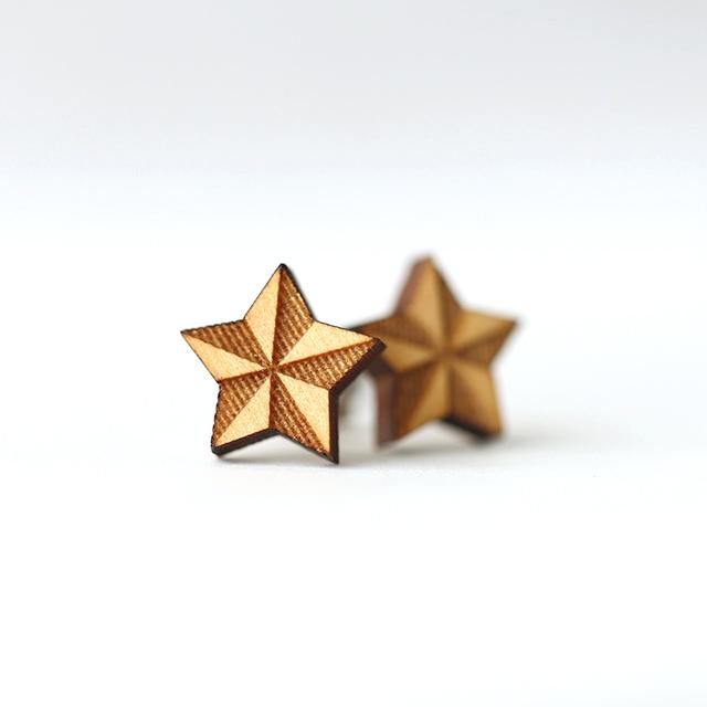 小さな木の星ピアス