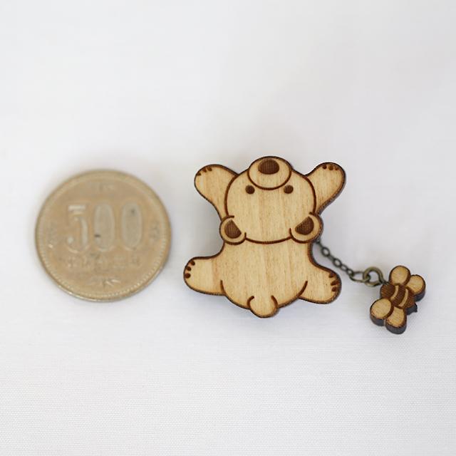 木登り500円と比較クマさんの木製ブローチ(ミツバチ付き)