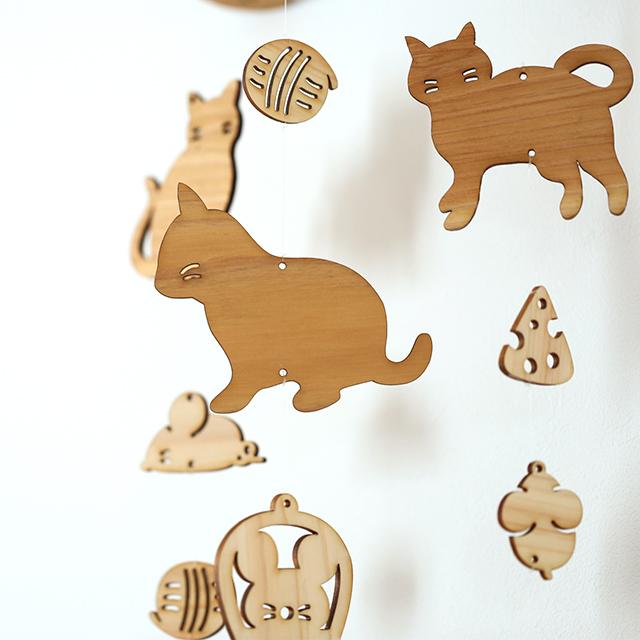 壁にかけられる木のモビール(ネコとネズミ)アップ