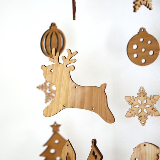 壁にかけられる木のクリスマスモビール
