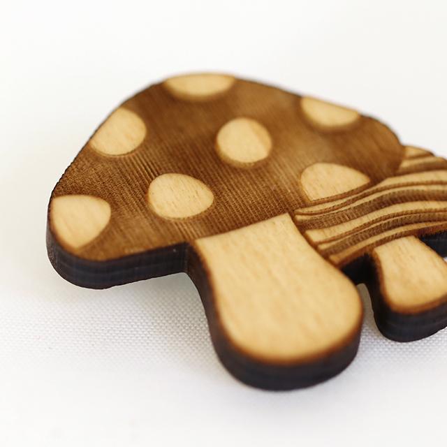 レーザー彫刻した森のキノコの木製ブローチ