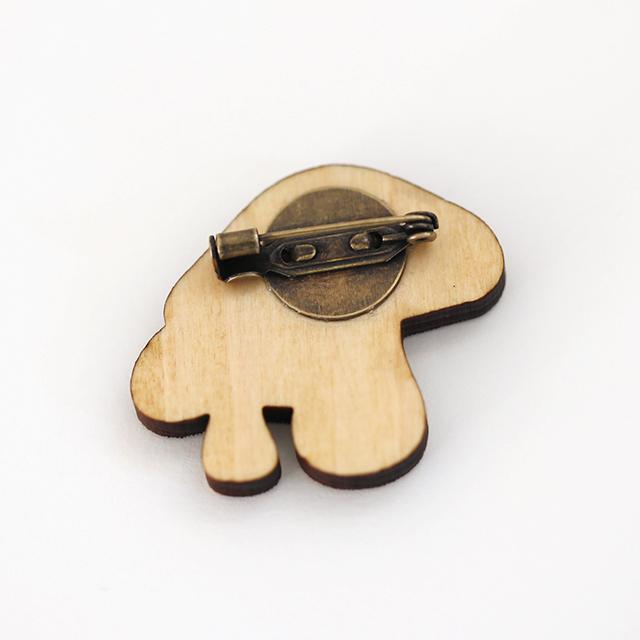 キノコの木製ブローチ裏面