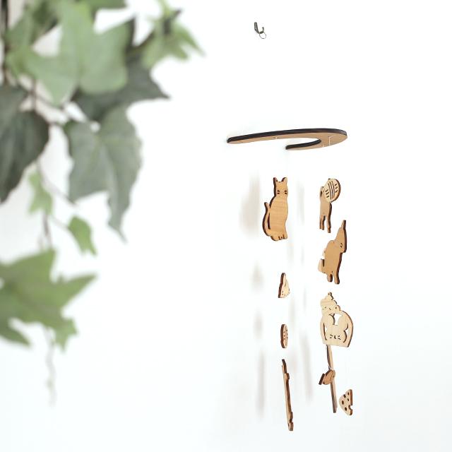 壁にかけられる木のモビール(ネコとネズミ)取り付け写真