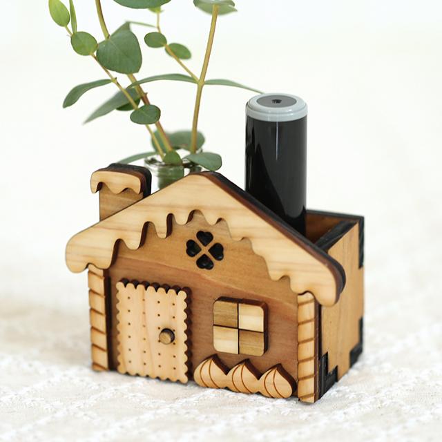 ハンコを入れたお菓子の家の木製印鑑スタンド