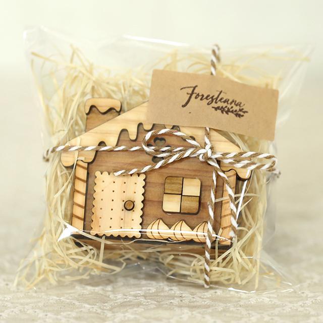 ラッピングされたお菓子の家の木製ハンコスタンド