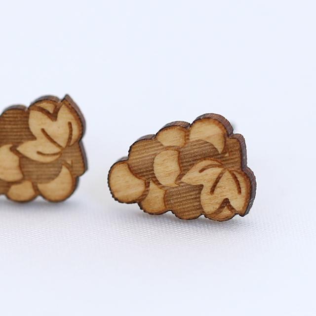 ぶどうの木製ピアス モチーフアップ