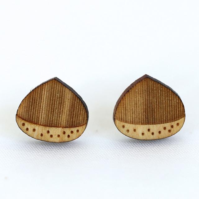 栗の木製ピアス アップ