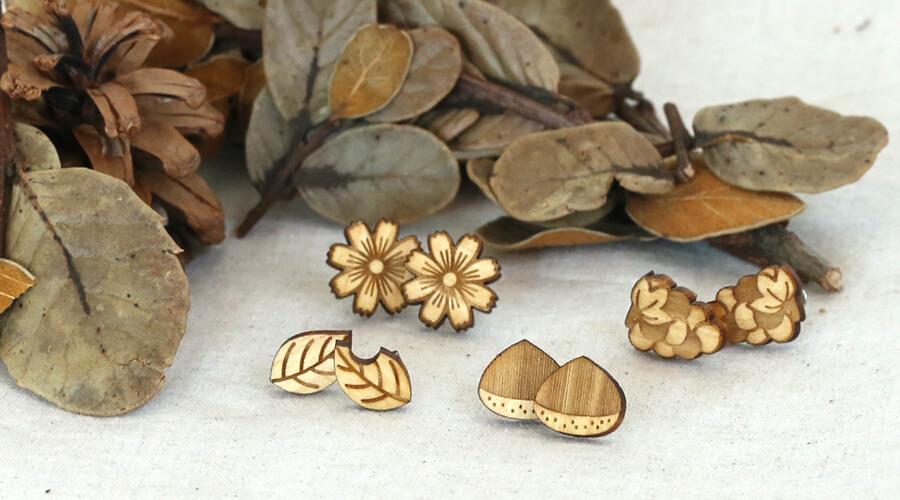 秋の装いに、カジュアルに使える木製スタッドピアス/イヤリング