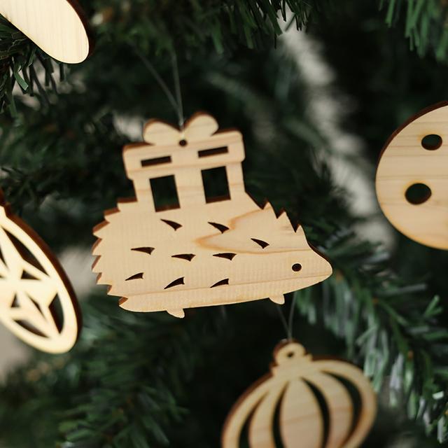 ハリネズミの木製クリスマスオーナメント