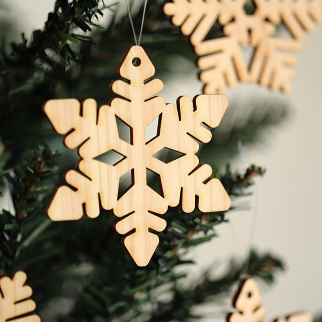 雪の結晶の木製クリスマスオーナメント