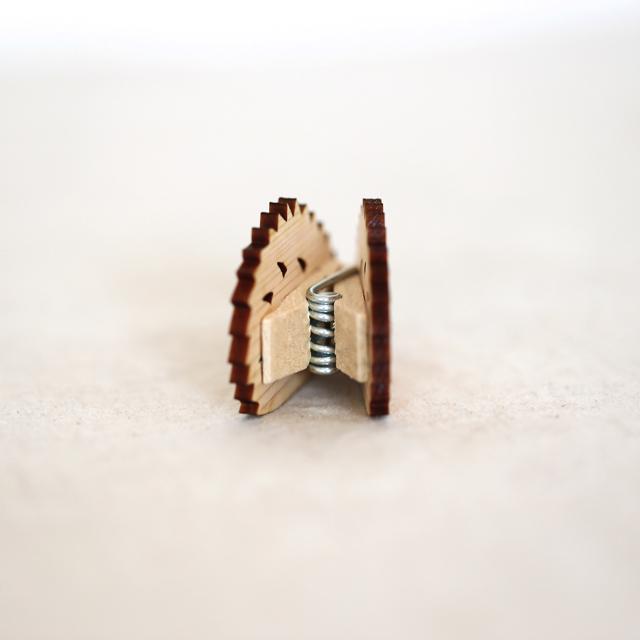 ハリネズミの木製メモ&フォトスタンドクリップ後ろ