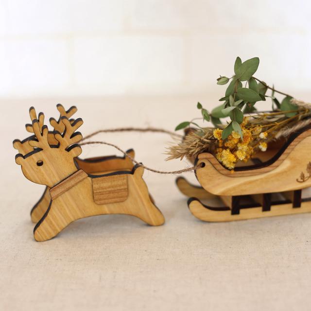木製のトナカイとソリの置物とドライフラワー