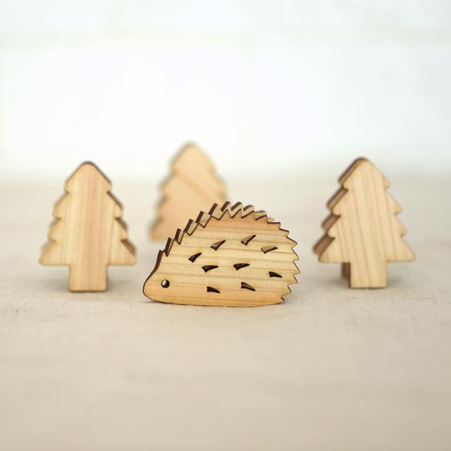 ハリネズミともみの木の木製スタンドクリップ
