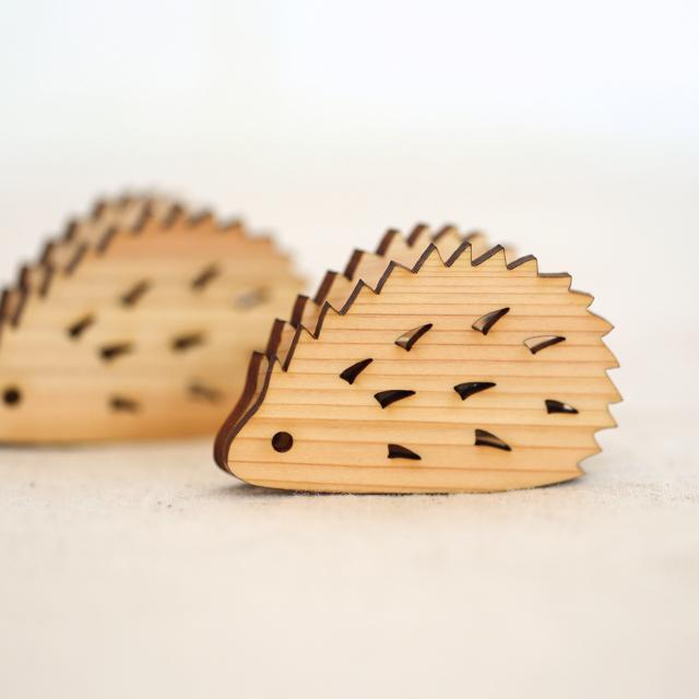 レーザー加工 ハリネズミの木製メモ&フォトスタンドクリップ