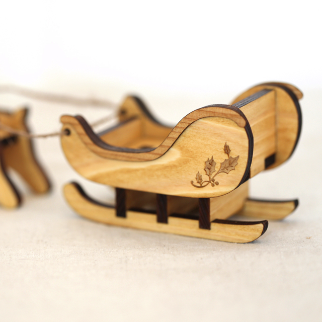 木製のソリの置物