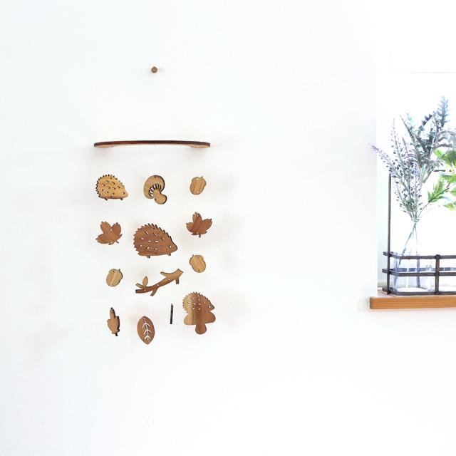 どんぐり森のハリネズミ正面 壁にかけられる木製モビール