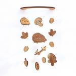 壁にかけられる木製モビール(どんぐり森のハリネズミ)