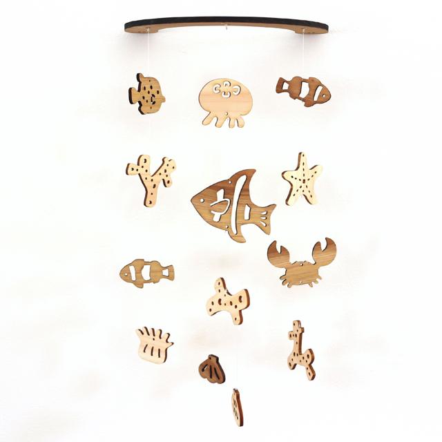 壁にかけられる木製モビール(サンゴ礁と海の生き物)